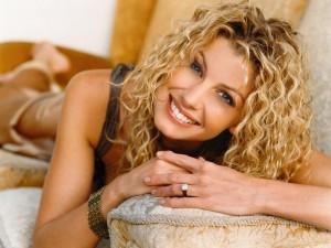 Christian Singer: Faith Hill Lying On Sofa Wallpaper