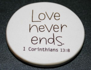 Christian Photography: Love Never Ends Badge Wallpaper